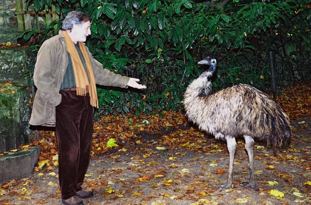 Gérard Rinaldi avec une autruche