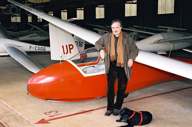 Gérard Rinaldi devant son avion avec son chien bidule